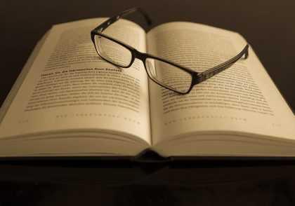 Kacamata buku 420x294 پایان نامه من|پایان نامه|مقاله|مشاوره|شبیه سازی|ترجمه تخصصی